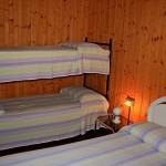 Schlafzimmer mit Doppelbett und Etagenbett in Bungalow Gardasee 2 Personen