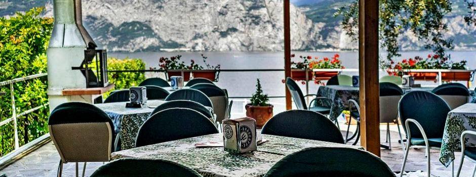 camping-gardasee-direkt-am-see-bar-terrasse-slide